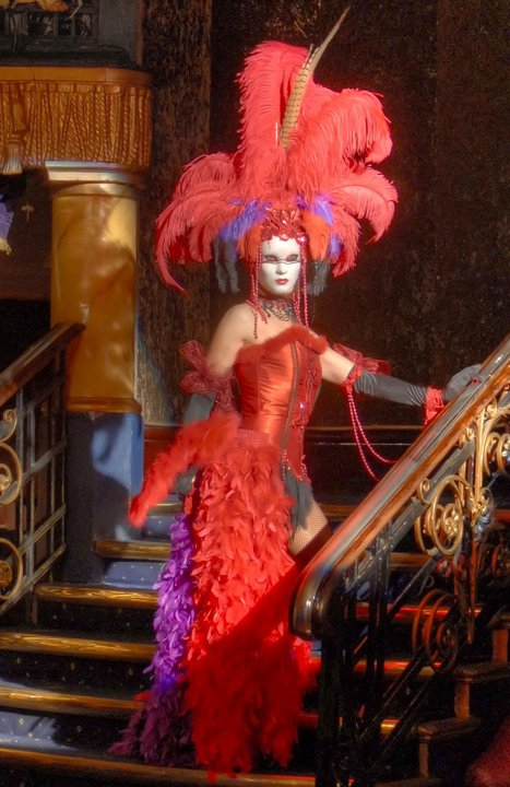 Moulin rouge style statue